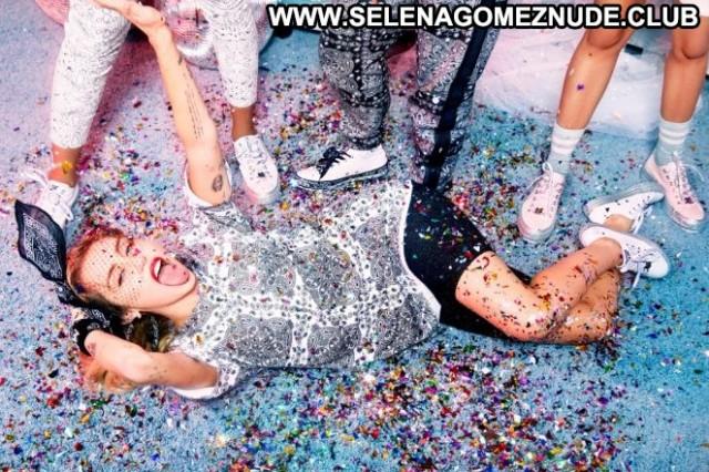 Miley Cyrus No Source Babe Paparazzi Celebrity Posing Hot Beautiful