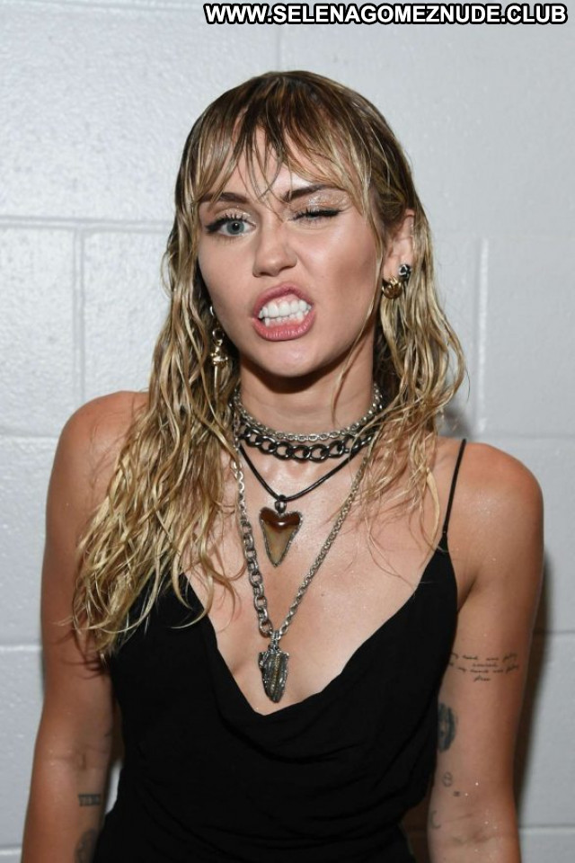 Miley Cyrus No Source Babe Celebrity Paparazzi Beautiful Posing Hot