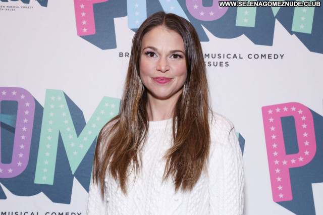 Sutton Foster No Source Beautiful Babe Posing Hot Sexy Celebrity