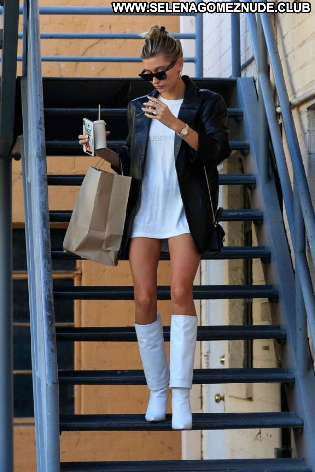 Hailey Baldwi Beverly Hills Celebrity Posing Hot Babe Paparazzi